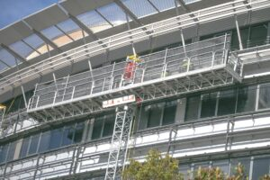 Podesty ruchome masztowe są wykorzystywane na budowach, przy remontach, a także w magazynach